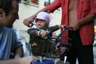 Dedko ma vozil v košíku na bicykli :O)
