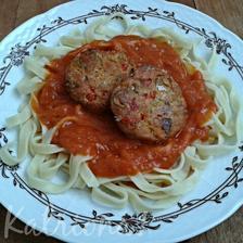 nudle s rajčatovou omáčkou a italské karbanátky