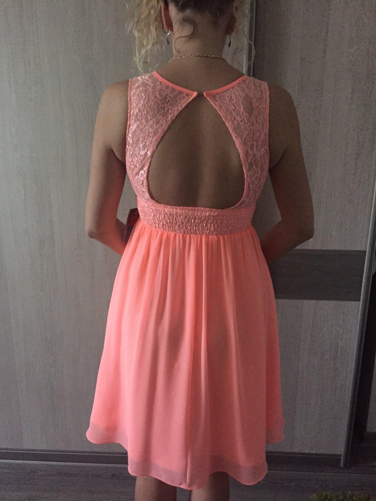 63a96fb5580e Dámské spoločenské šaty s krásnym výstrihom