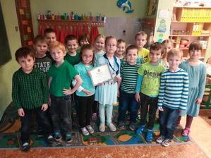 Týždeň farieb v EZŠ - zelený piatok - Xenky priniesla ukázať spolužiakom aj medailu a diplom z medzinárodnej sútaže atr childrens