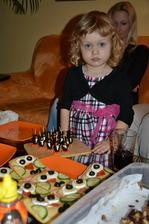 nevedela som zial najst lepsie foto :(... tucniacikovia z ciernych oliv+syrokrem(bambino)+kolieska mrkvy