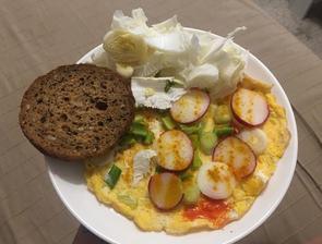 Omeletka, čerstvá zeleninka a môj milovaný bielkovinovy chlebík