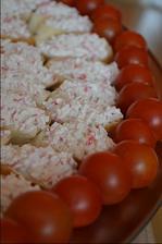 mini chlebíčky s pomazánkou z krabích tyčiniek :-)
