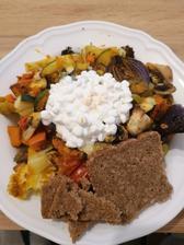 Grilovana zelenina, cottage a celozrnny razny chlieb