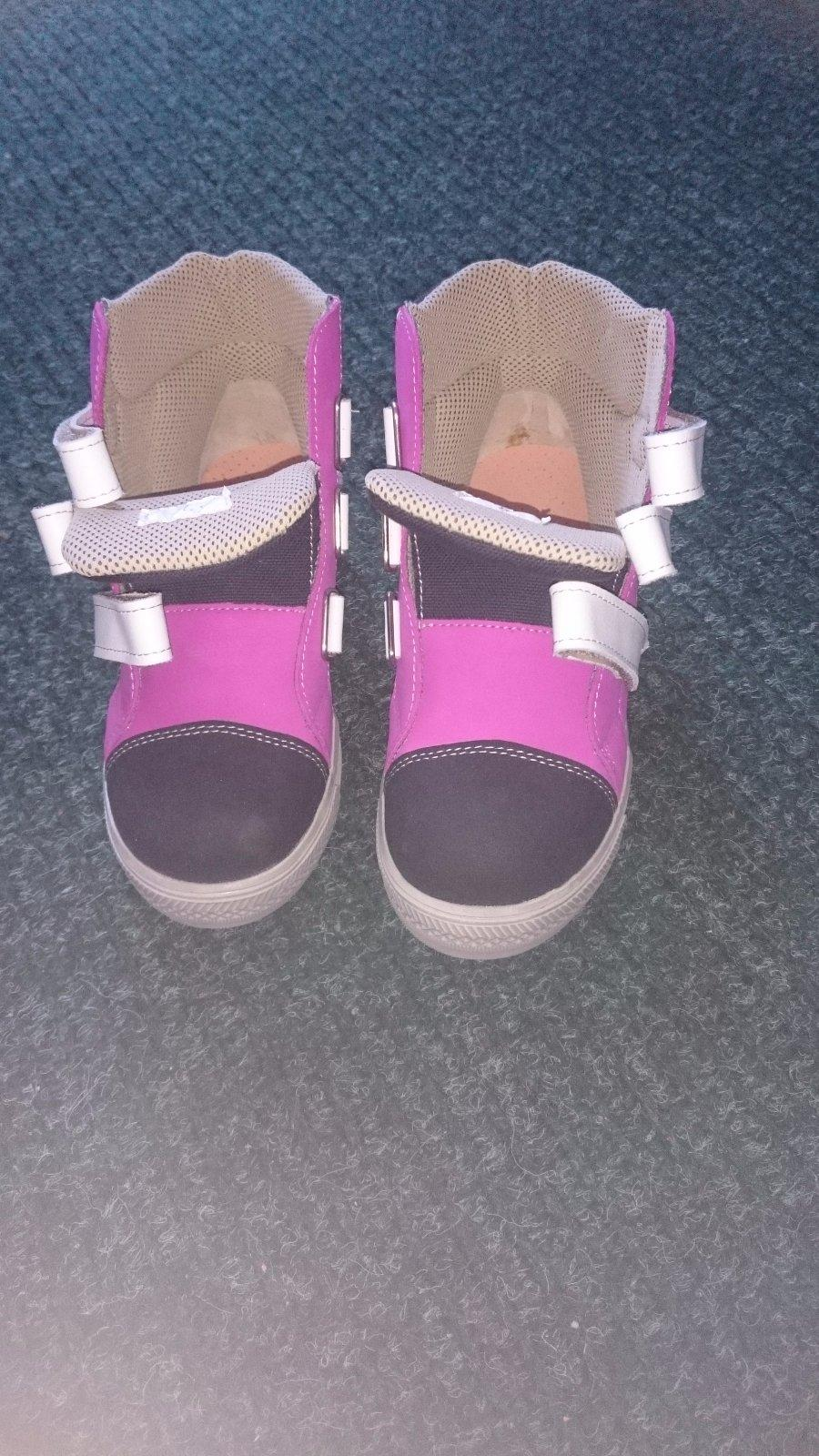 3e81b2d0c8e8 Nenosené dievčenské topánky