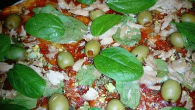 Pizza bez kysnutia - 250 gr. hladkej múky, 6 PL oleja. oleja, 1/2 prášku do pečiva, morská soľ, 1.5 dcl vody... Pečieme 15 minút na 200 °C...