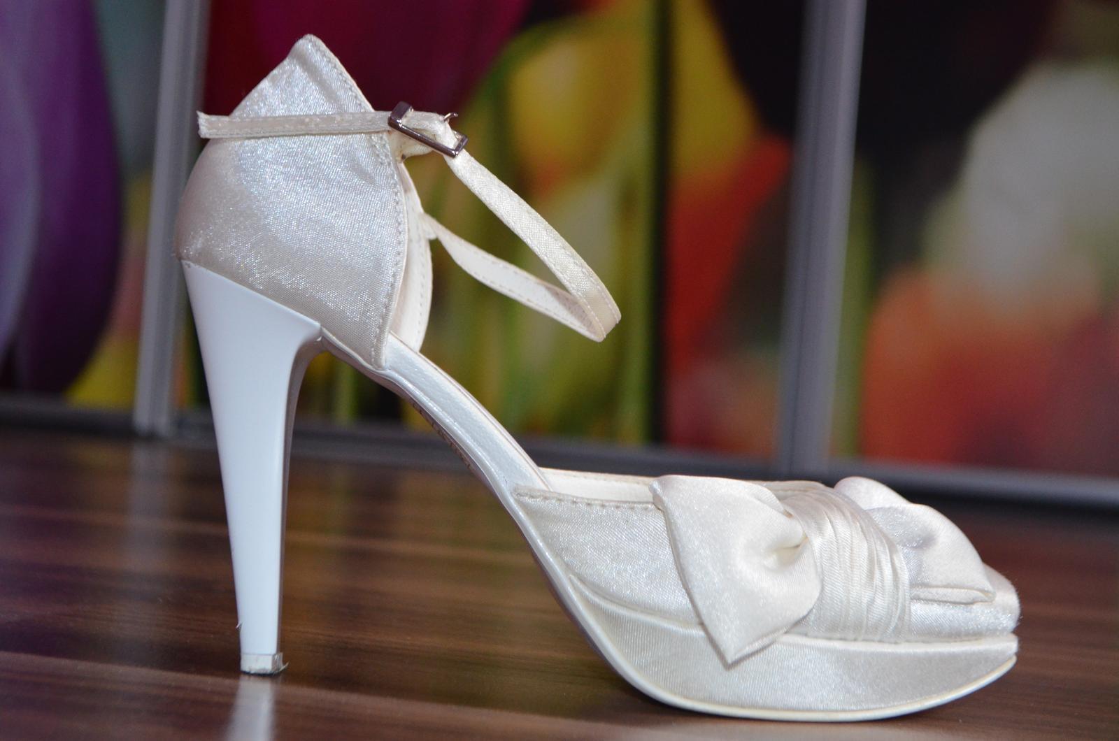 b0dc34387314 Nádherné svadobné topánky slonovinovej farby