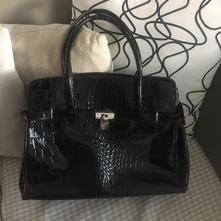 Lesklá čierna kabelka so zámkom cd690df0f39
