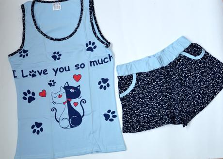 Veľké čierne prsia a mačička pics
