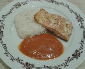 pečený losos s rajčatovou omáčkou a rýží