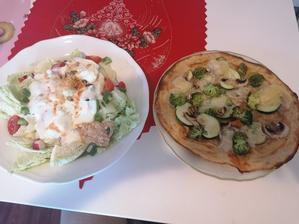 Spaldova pizza s olomockymi syreckami a salat z cerstvej zeleniny s bielym jogurtom a chilli