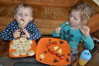 a dnes sme si pri veceri zamavali metlickami z udenej parenice a slanych tyciniek.. k tomu had z cherry paradajok a olivky.. ktore nase baby rovnako ako paradajky milujuu :))