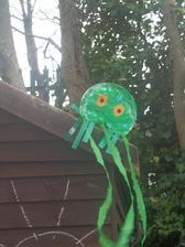 na zahradnom domceku nam vlaje veselo chobotnicka - kym nepride dazd /aj Eliska sa rada diva na pasiky poletujuce vo vetre/