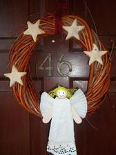nas adventny veniec...hviezdicky zo slaneho cesta a anjel z lekarskych paliciek
