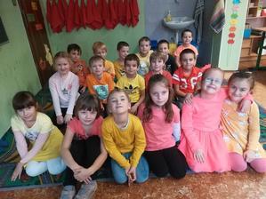 Týždeň farieb v EZŠ - žlto / oranžový pondelok 2018 - Zdroj: stiahnuté jpg z FB evanjelickej školy v PO
