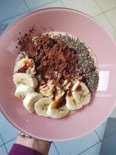 Raňajky.Vločky uvarené v sójovom mlieku,chia,banán,kakao,kokosový sirup,arašidové maslo
