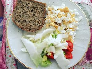 Po dlhej dobe slané raňajky ☺️ Praženica s cottage, bielkovinovy chlieb a čerstvá zelenina