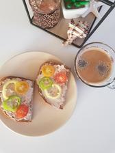 Raňajky.Tuniaková nátierka,špaldový chlieb,zelenina a kaveja