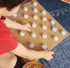 Hra s farebnými gumickami, vrchnáčikmi od kapsiciek a kartónu,, jemná motorika, sústredenie, kreativita 😉👌