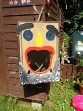 kartonovy box sluzi ako hra.....sup lopta do ust