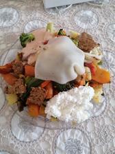 Grilovaný tanier s eidamom, cottage a zakysana pikantná smotana plus bielkovínove chipsy