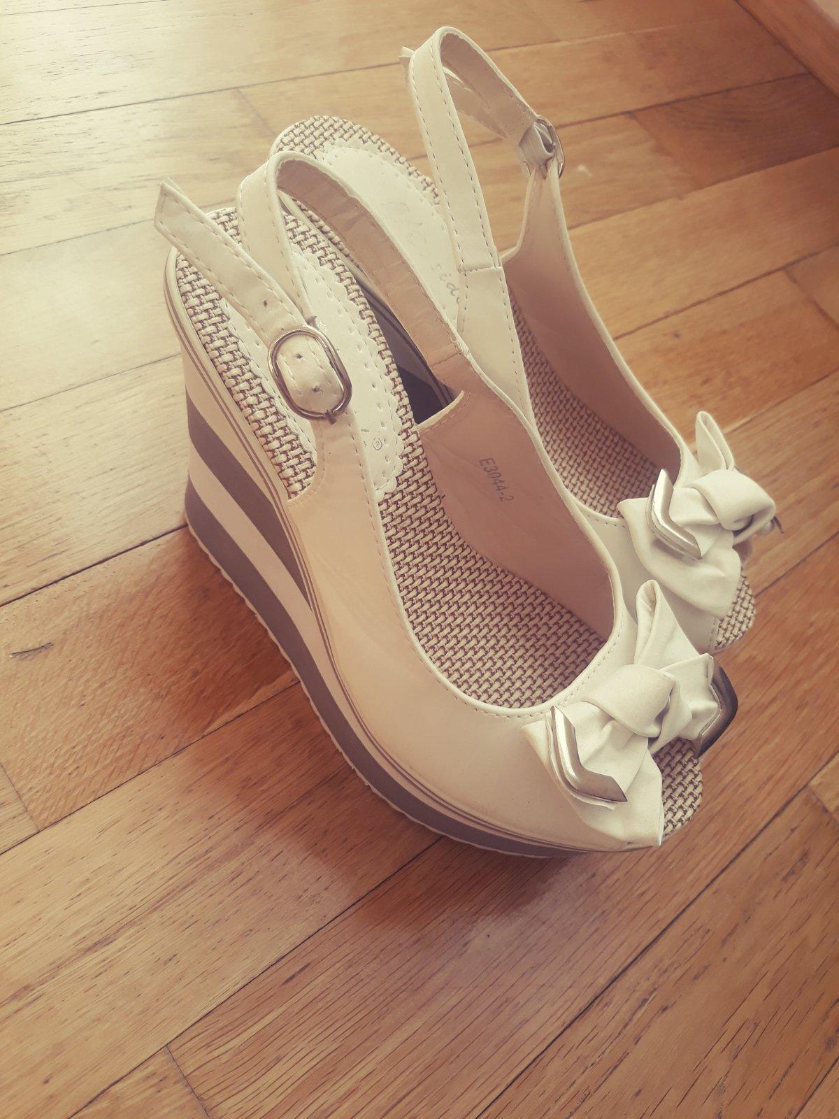 d20154423c91 Biele vysoké sandálky