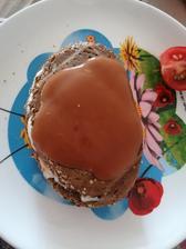 Toast z celorazneho chlebíka s lučinou, šampiónom a eidamom, samozrejme môj obľúbený kečup