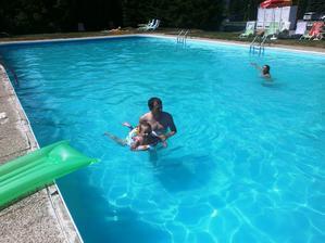 V bazéne s tatinom...