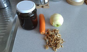 1.-7. den, 10.den, 13.den - ranajky - jablko, mrkva, orechy, med. Hrozienka som vynechala, tie nemusim....