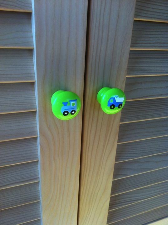 Nábytkové úchytky z našej dielničky už zdobia izbičku :)
