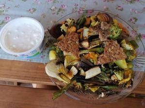 Grilovaný tanier s proteínovymi krekrami a cottage s chilli