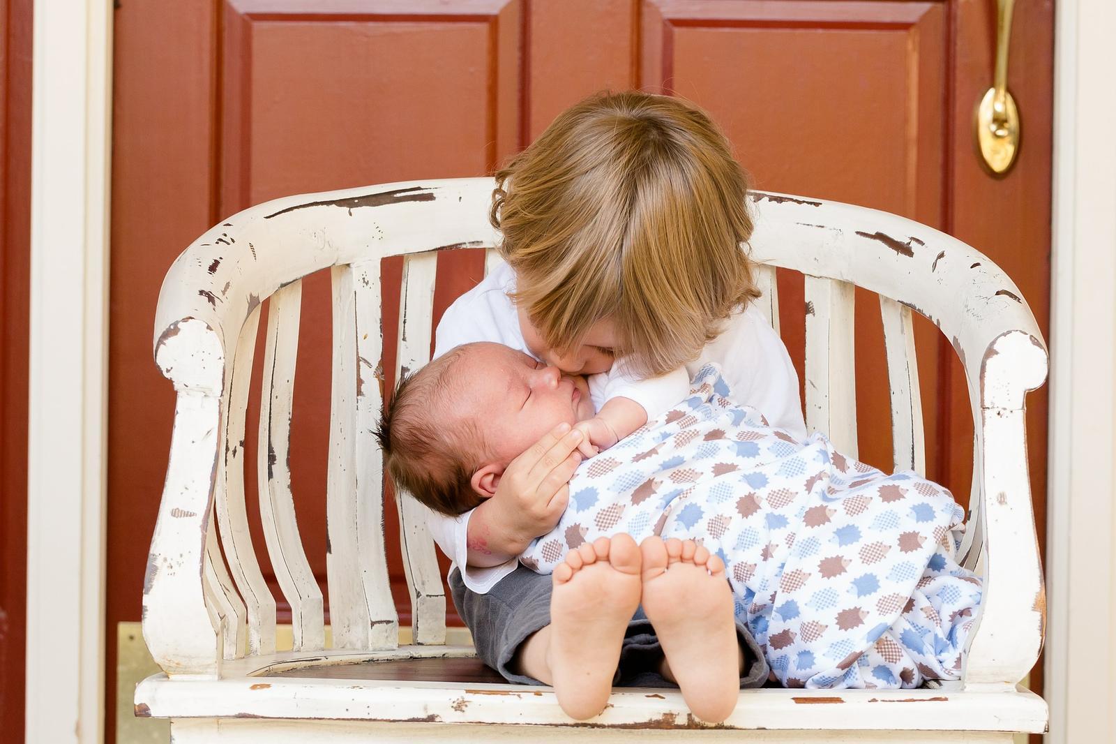 4ce003ad9bc49 Každé dieťa je iné, presný návod preto len ťažko nájdete. Dôležitú úlohu  tiež zohráva vek. Kým malé deti sa s príchodom súrodenca vyrovnávajú často  bez ...