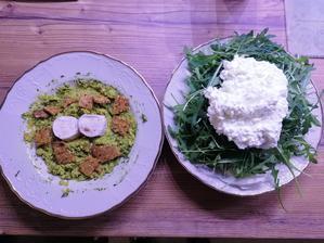 Špenátový kuskus s olomouckymi syreckami s plesňou, bazalka - rajcina krekry a rukola s cottage cheesom
