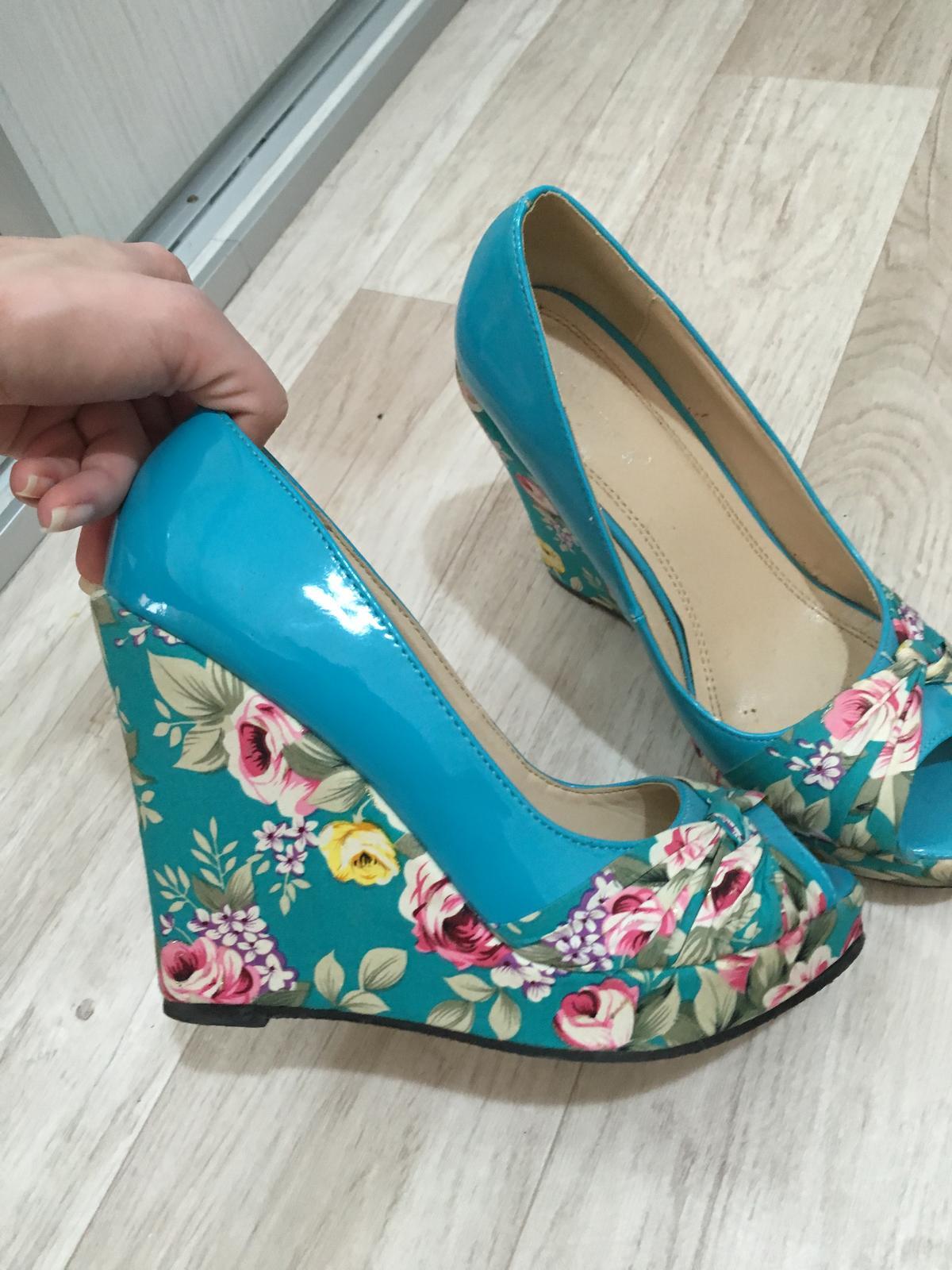 b7ee59fdb3888 Kvetovane topanky na platforme, 38 - 10 € od predávajúcej lilinka232323 |  Detský bazár | ModryKonik.sk