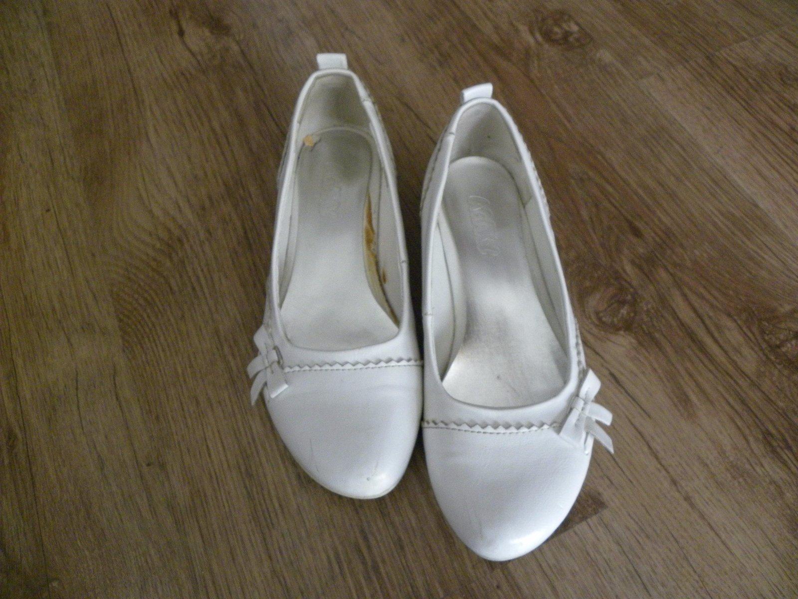 aa88fed901 Biele topánky na opätku
