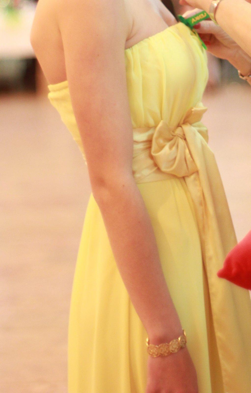 19318def8c08 Krásne dlhé žlté spoločenské šaty s mašličkou