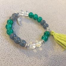 Smaragdovo zelený náramok so štýlovým strapcom,