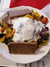 Grilovaná zelenina, celozrnny chlieb a dresing z bieleho jogurtu