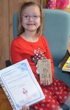 Xenky prvé polročné vysvedčenie a darček od jej obľúbenej p. vychovávateľky p. Mgr. M. Birošovej zo školského klubu v EZŠ