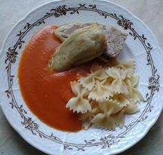 plnená paprika s rajčatovou omáčkou a testovinou