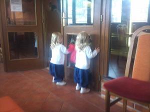 Veľká sranda v reštaurácií umývať servítkou dvere.