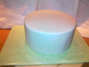 potiahnuta torta pripravena na zdobenie