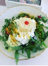 Šalát z čerstvej zeleninky, cottage a olomoucky syr s chilli a kurkumou