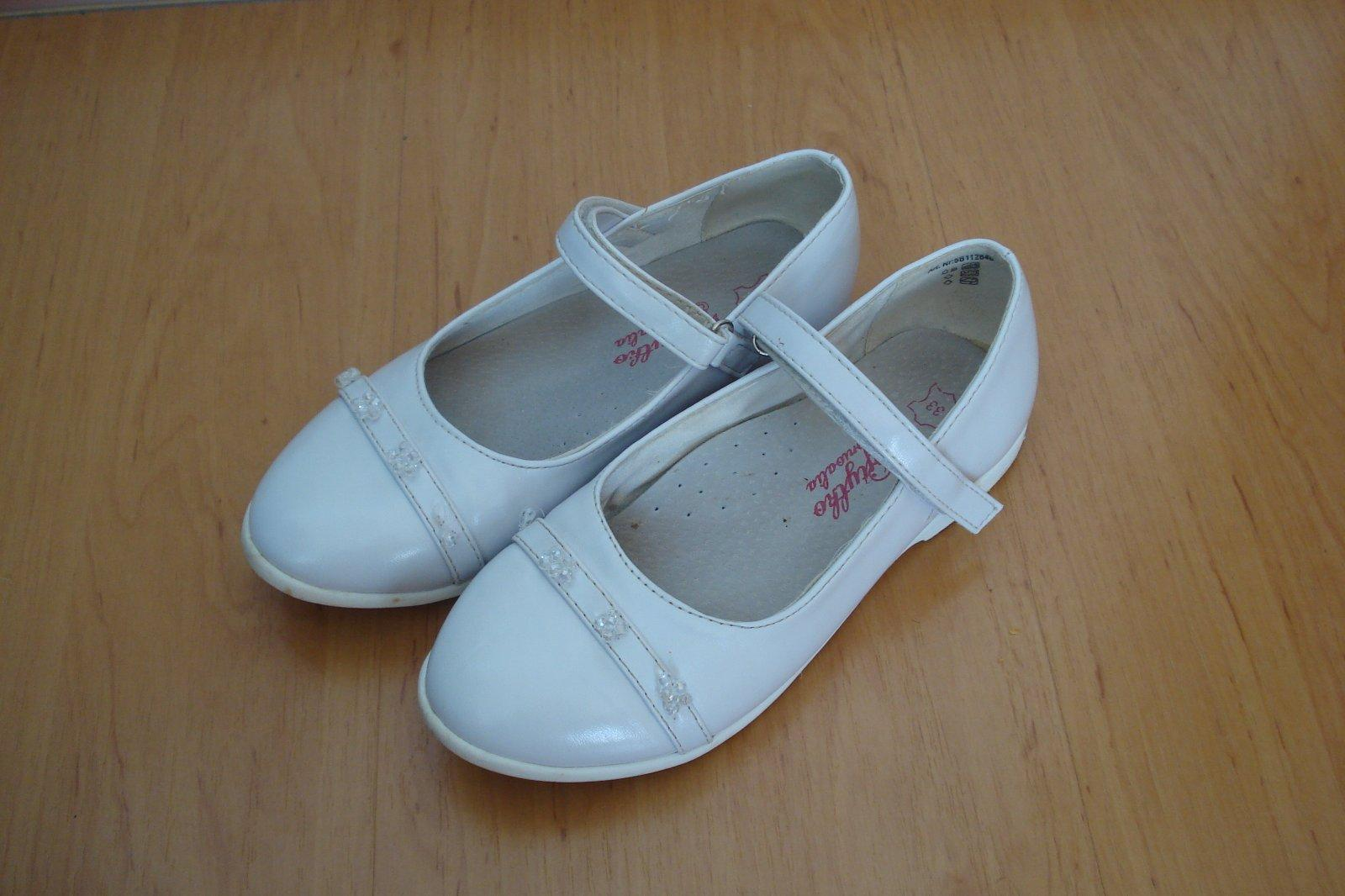 9b048bd101 Biele uzatvorené sandálky