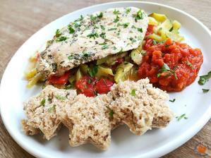 1r.+ MARINOVANé KUŘECÍ PRSO ZAPEČENÉ S LETNí ZELENINOU s rajčatovou salsou a špaldovo-žitným chlebíkem