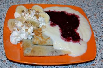 a takto my robime palacinky... plnene nutelou, preliate vanilkovym kremom a lesnym ovocim, k tomu slahacka+posekane orechy+banan.. mnam! :)