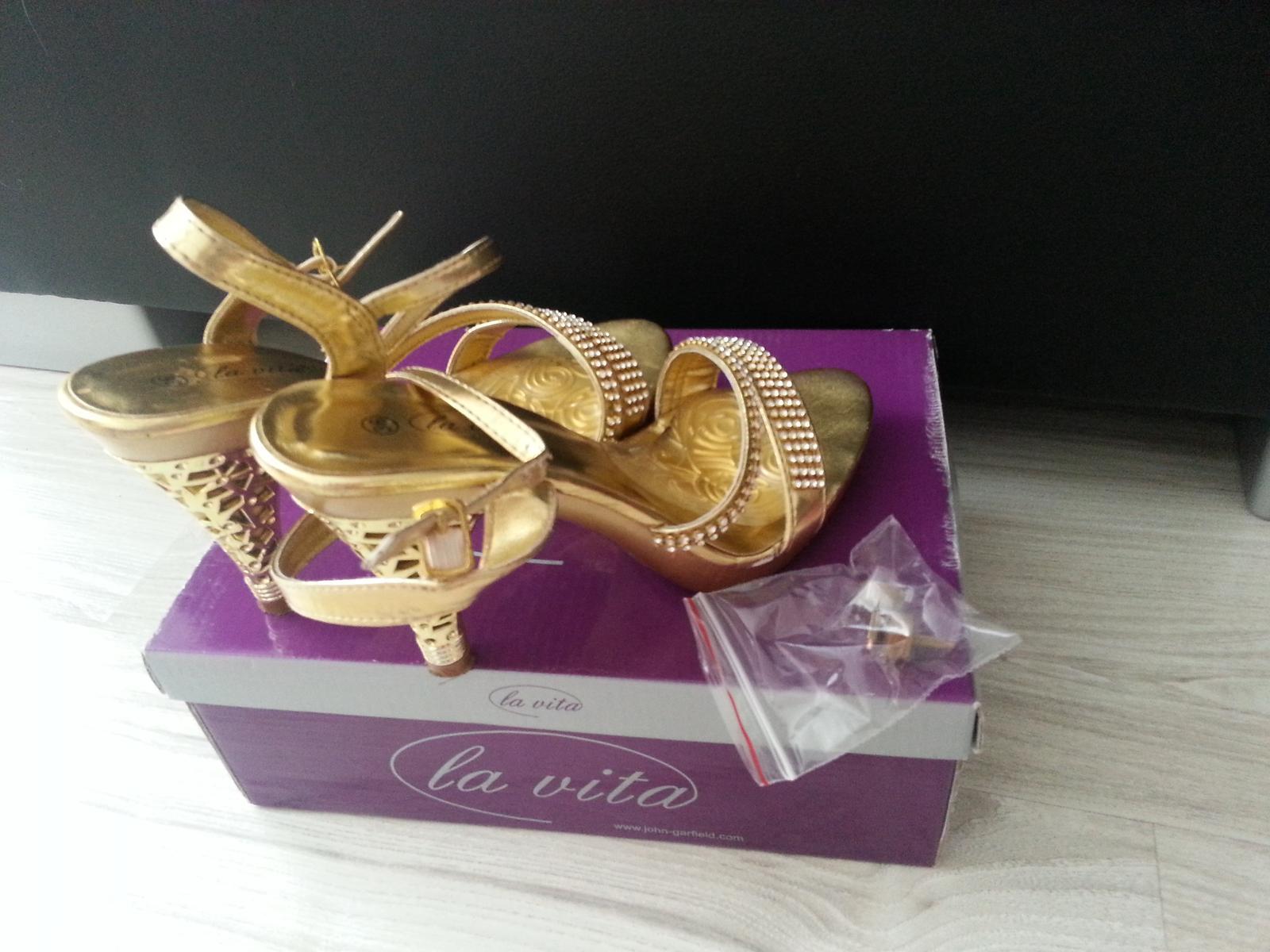 0ef1799c277 Zlaté sandálky