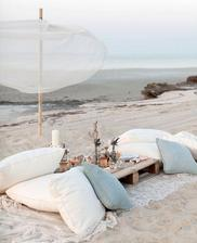 http://beachblissliving.com/beach-picnic-ideas-inspiration/