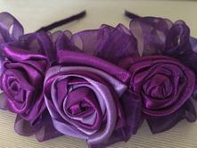 Čelenka s fialovými ružami,