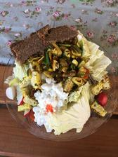 Šalátik z čerstvej zeleniny, tofu medvedí cesnak so šampiónmi , cottage a celozrnný chlebík